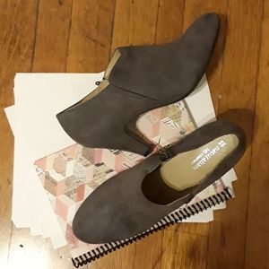 Naturalizer N5 comfort  gray suede ankle boot